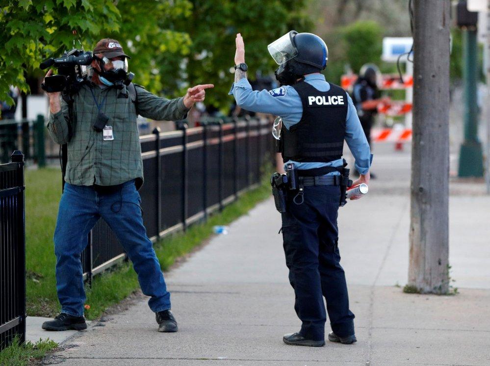 Mezi zraněnými při protestech jsou i novináři.