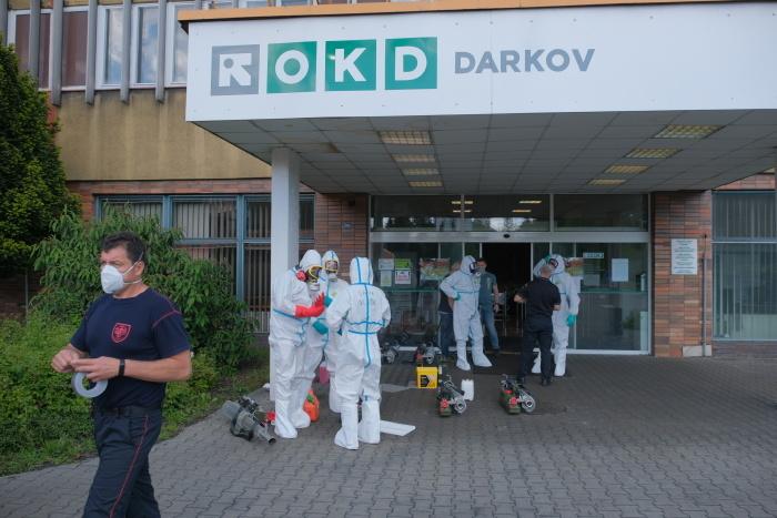 Dezinfekce v Dole Darkov, kde se šíří nákaza.