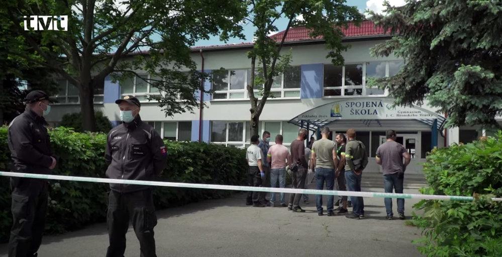 Tragédie na základní škole ve Vrútkách. Muž tam zaútočil na ředitelku, zástupce i žáky s nožem. Na místě zůstali dva mrtví.