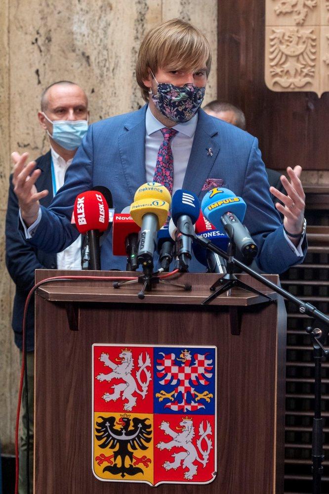 Ředitel Ústavu zdravotnických informací a statistiky Ladislav Dušek (vpravo) a ministr zdravotnictví Adam Vojtěch na tiskové konferenci ministerstva zdravotnictví (11.6.2020)
