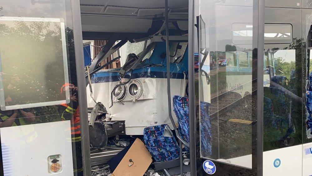 U Struhařova se srazil vlak s autobuse.