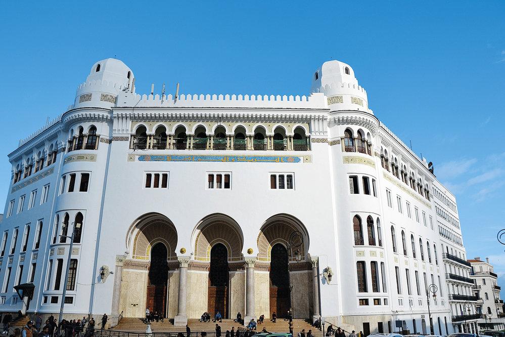 Budova Grande Poste d'Alger poukazuje na dávné bohatství a slávu koloniálního Alžíru