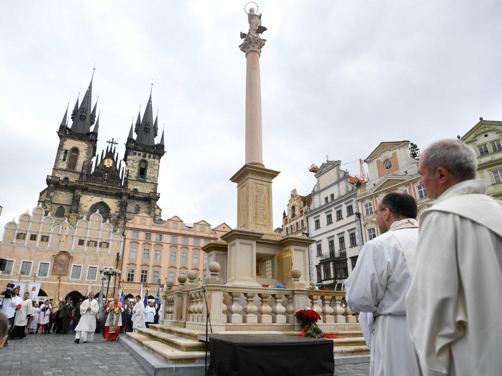 Pražský arcibiskup Dominik Duka požehnal 15. srpna 2020 na Staroměstském náměstí mariánský sloup, jehož napodobenina se po 102 letech vrátila do historického centra Prahy.