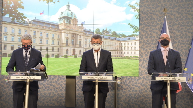Ministr průmyslu a obchodu a ministr dopravy Karel Havlíček, předseda vlády Andrej Babiš a ministr školství Robert Plaga na tiskové konferenci po jednání vlády 7. 9. 2020