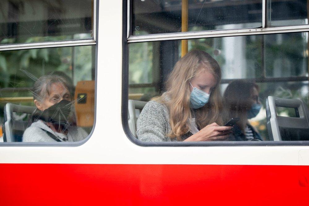 Roušky v Česku se na podzim 2020 vrátily do hromadné dopravy