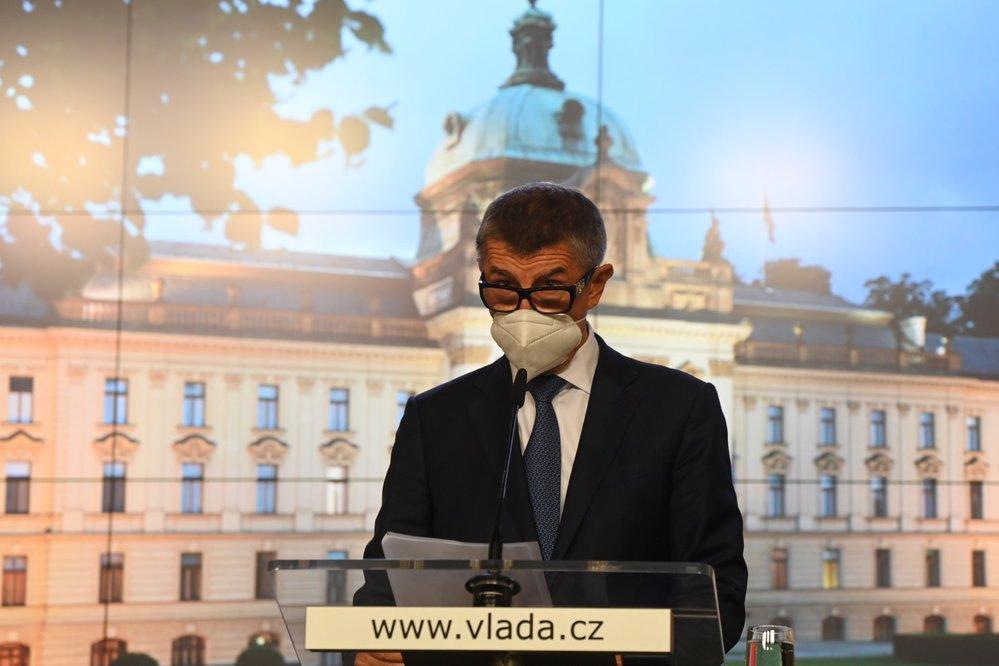 Premiér Andrej Babiš (ANO) s respirátorem na tiskové konferenci po jednání vlády (9. 9. 2020)