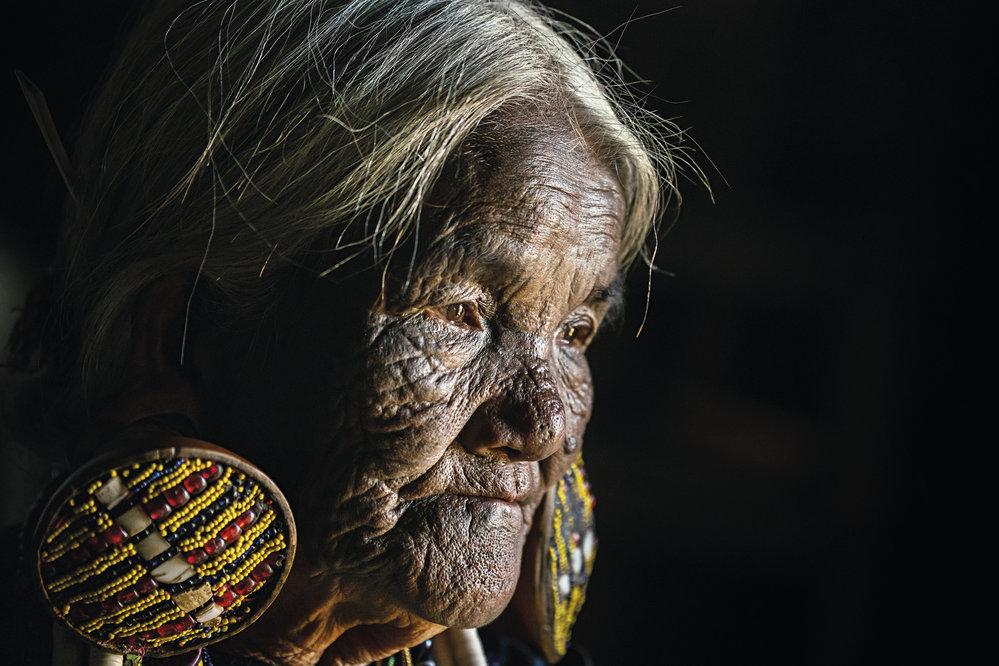 Tradiční tetování obličeje má i populární nosní flétnistka z Mindatu