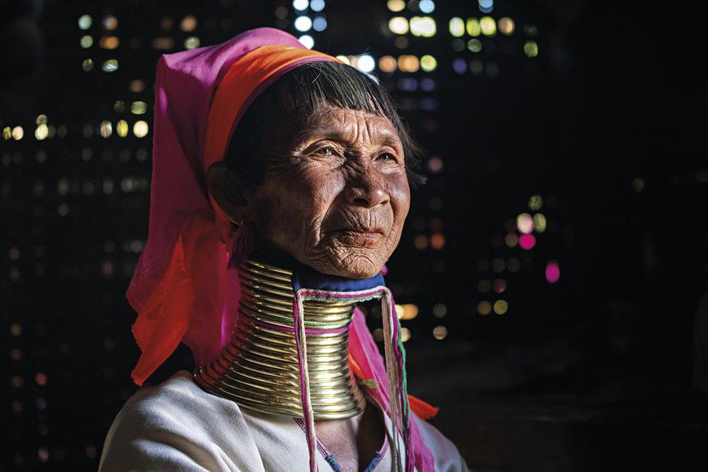 Žena z kmene Kajanů ve své dřevěné chýši poblíž Loikaw