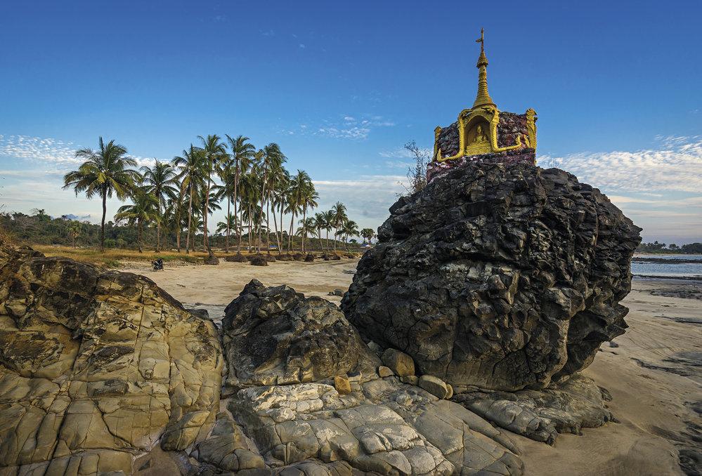 Pagoda na pláži v přímořském městečku Chaungtha