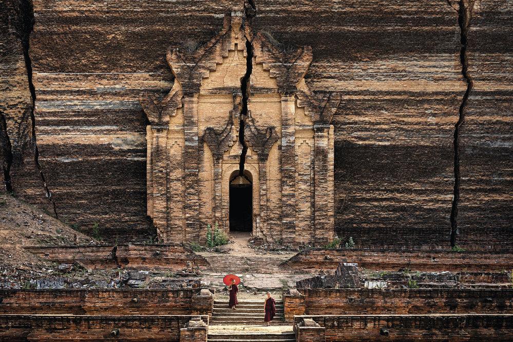 """Z nedokončené pagody Pahtodawgyi zbyla po smrti jejího stavebníka, krále Bodopajji, jen spodní třetina. V roce 1838 ji navíc mohutné zemětřesení """"zkrášlilo"""" o několik velkých prasklin."""