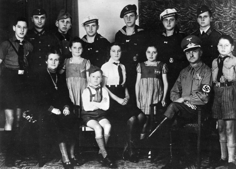 Děti z německých rodin byly členy buď Hitlerjugend nebo Hitlermädel.