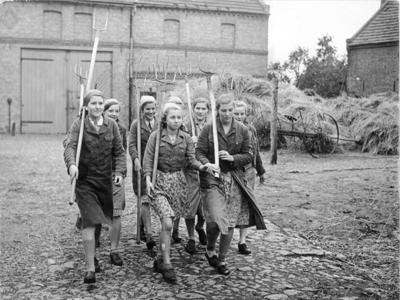 Dívky se věnovaly zemědělským pracem.
