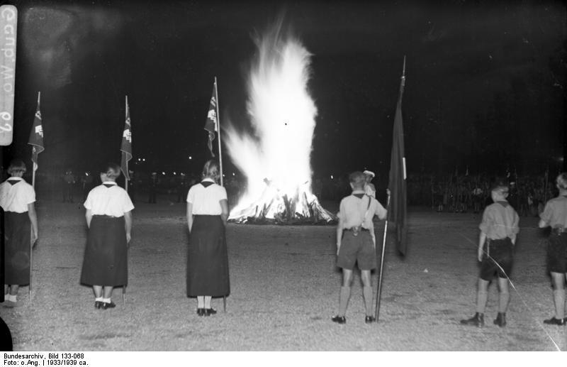 Hitlerjugend a BDM na společné akci.