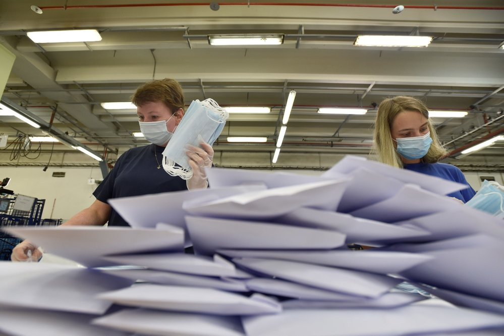 Česká pošta začala 12. září 2020 v depu v Praze-Malešicích kompletovat obálky s ochrannými pomůckami proti koronaviru