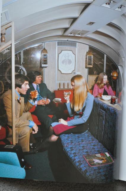 V baru na palubě letadla to žilo. Cestující si mohli dát drink a posedět.