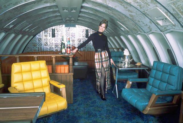 Interiér paluby letadla byl velmi stylový.