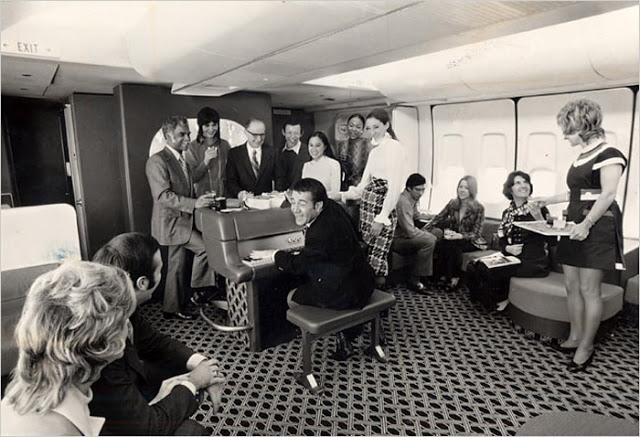 Když už někdo na cenu letenky dosáhl, let si náležitě užil se vším všudy.