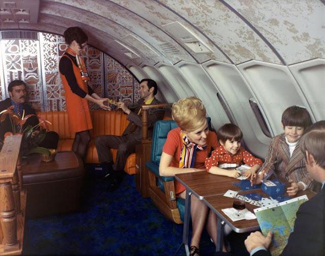 Cestující jedli z porcelánového nádobí, pomocí kovových příborů a mohli si vybrat z několika druhů menu.