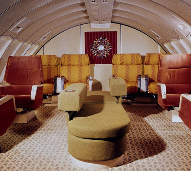 Nepřipomíná vám paluba letadla něčí, na tehdejší dobu, luxusní obývák?