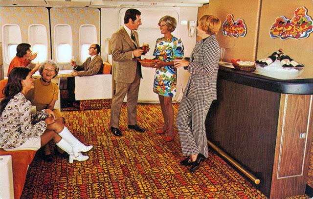Některá letadla měla i tzv. dolní palubu, kam cestující cešel po schodech, kde byl obvykle bar.