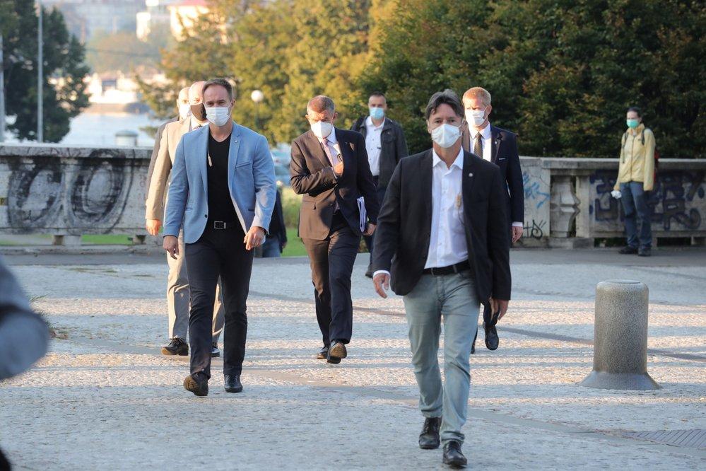 Výměna ministrů: Premiér Andrej Babiš (ANO) před budovou ministerstva zdravotnictví před předáním úřadu novému ministrovi Romanu Prymulovi (za ANO) (22.9.2020)