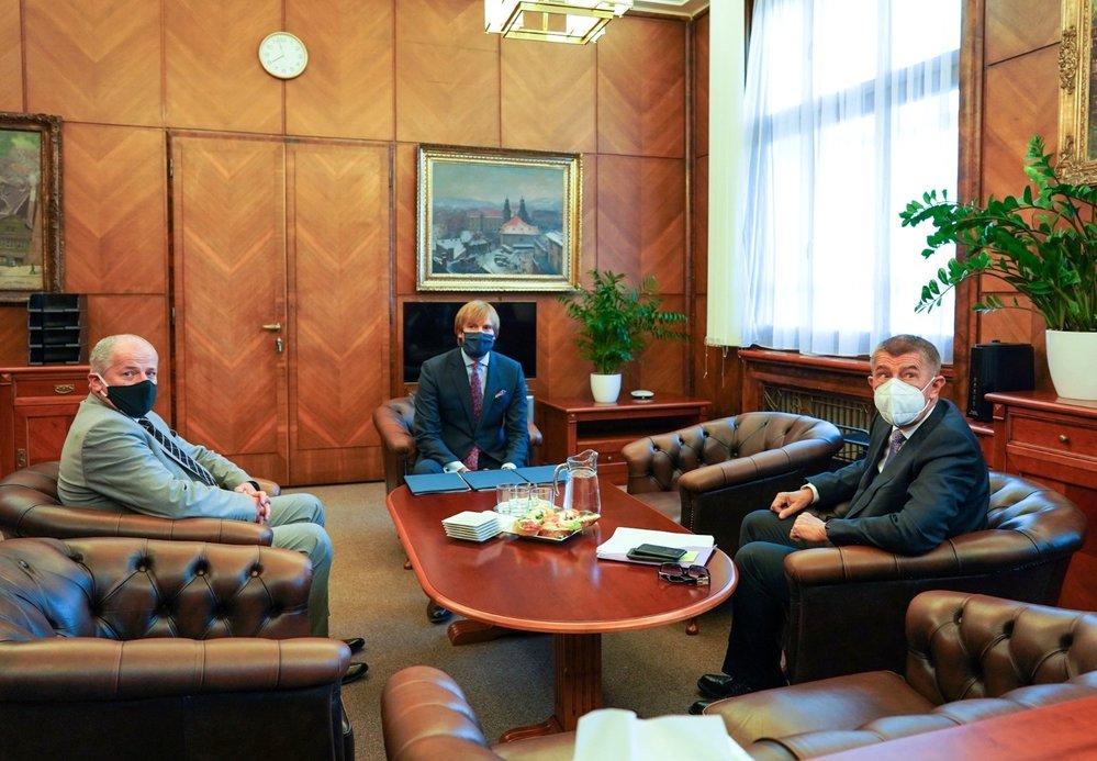 Výměna ministra zdravotnictví: Zleva Roman Prymula, Adam Vojtěch (oba za ANO) a Andrej Babiš (ANO) (22. 9. 2020)