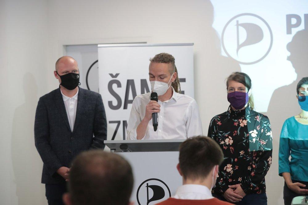 Volby 2020: Předseda Pirátů Ivan Bartoš ve volebním štábu, vpravo nová kandidátka do Senátu za Piráty Adéla Šípová (3.10.2020)