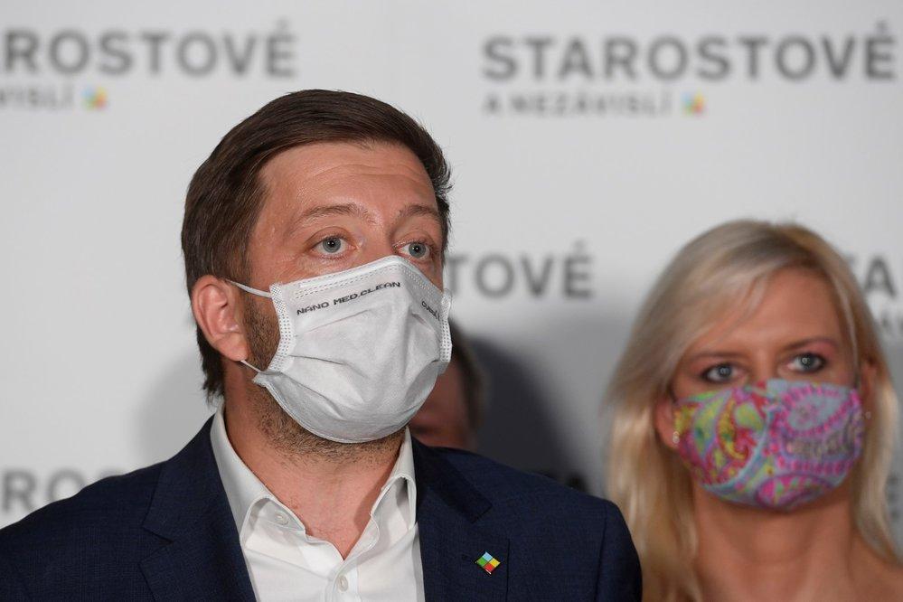 Předseda STAN Vít Rakušan a za ním lídryně Starostů a nezávislých ve Středočeském kraji Petra Pecková na tiskové konferenci (3. 10. 2020)
