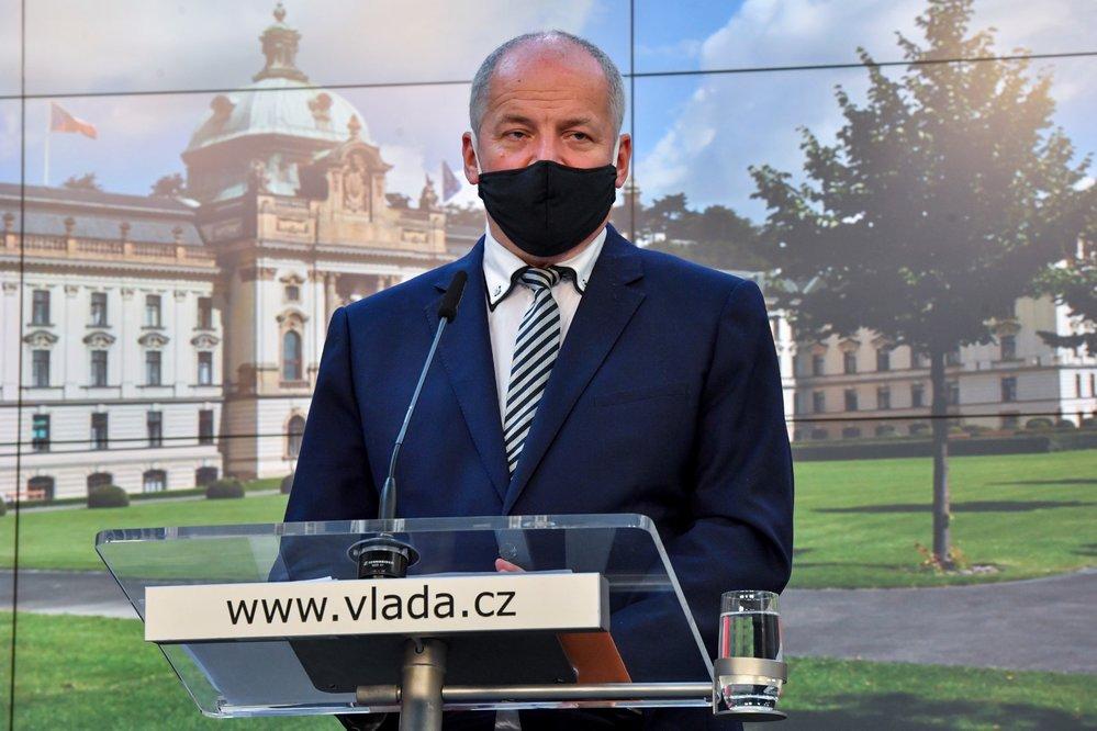 Ministr zdravotnictví Roman Prymula (za ANO) vystoupil 8. října 2020 v Praze na tiskové konferenci po jednání vlády kvůli novým opatřením proti šíření koronaviru.