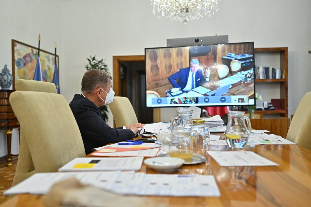 Vláda zpřísnila koronavirová opatření: Premiér Babiš a vicepremiér Havlíček během videokoference (12.10.2020)