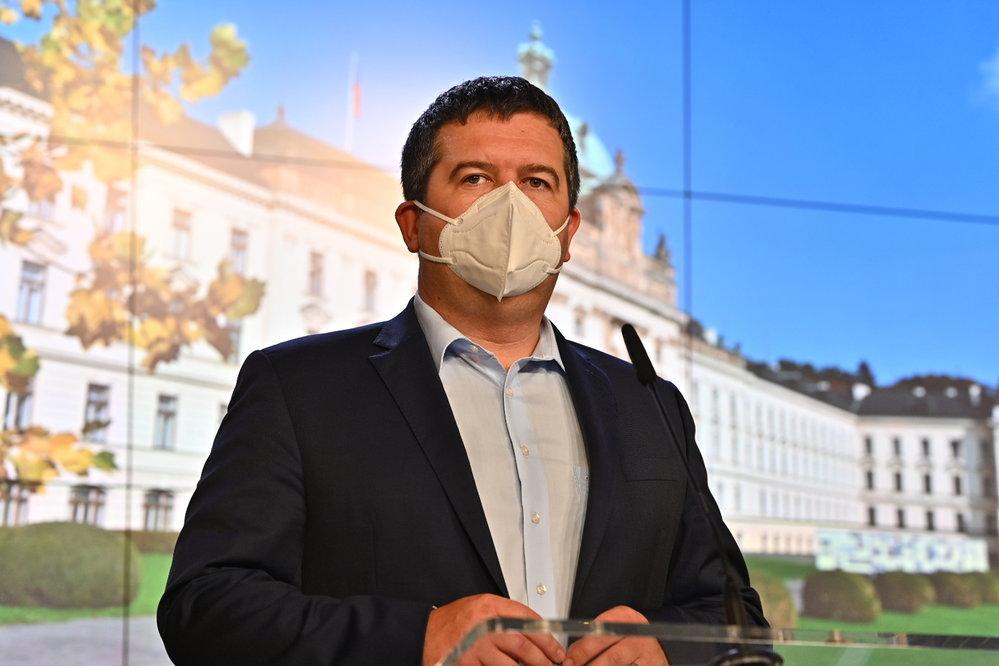 Vláda zpřísnila koronavirová opatření: Vicepremiér Jan Hamáček na tiskovce (12.10.2020)