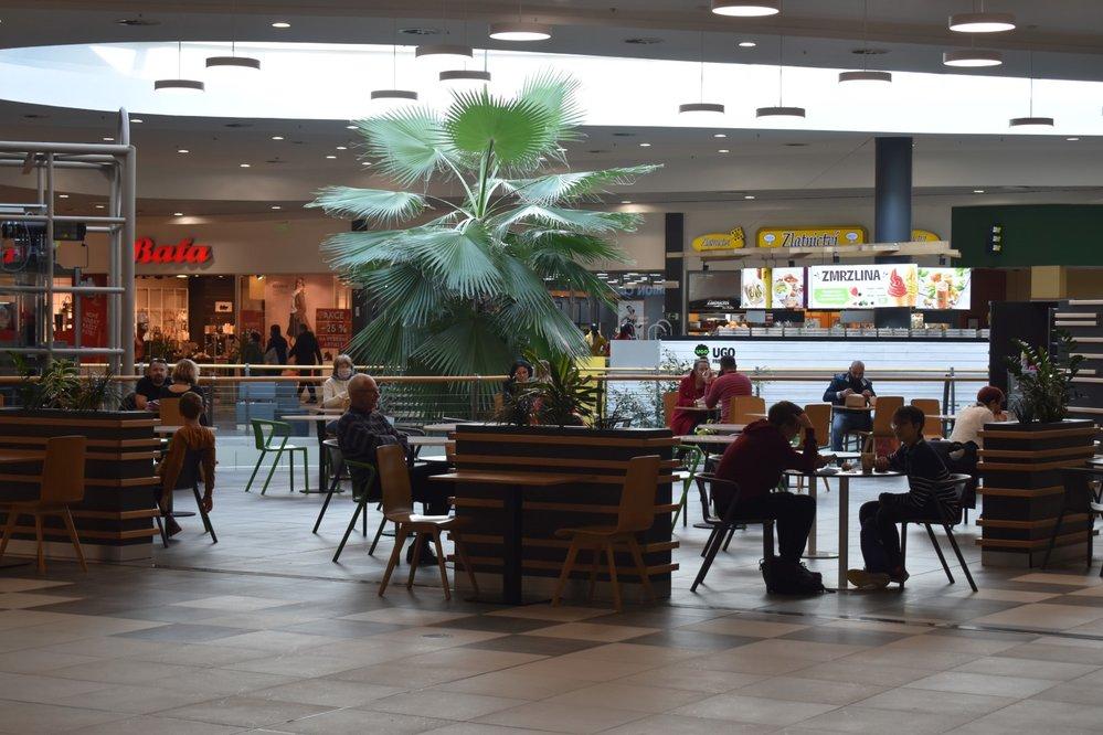 V ostravském OC Futurum lidé jedli u stolů ještě ve čtvrtek.