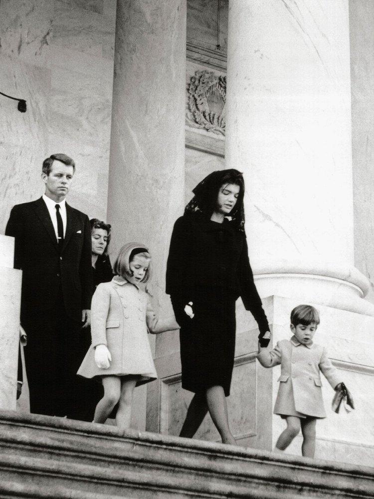 Jackie na pohřbu svého manžela s dětmi.