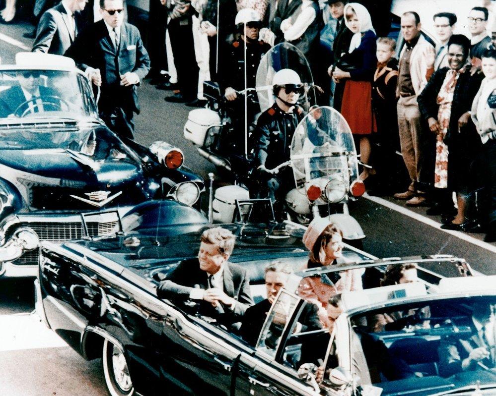 Chvíle před útokem na Johna F. Kennedyho, kdy mu útočník prostřelil hlavu.