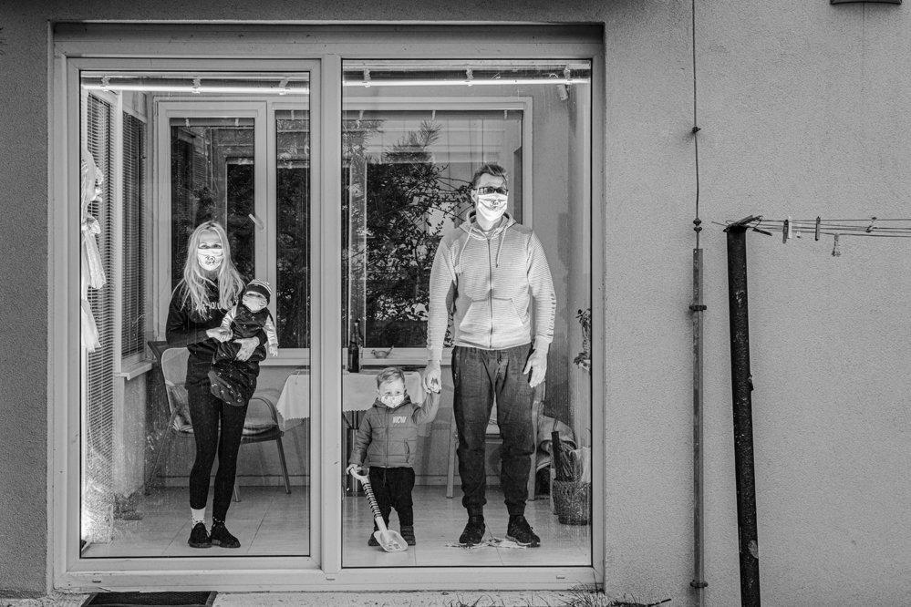 Nominace v kategorii Portrét: Richard Dömös / Karanténa. Tato série zprostředkovává pocity fotografa během návštěv svých nejbližších v období karantény.