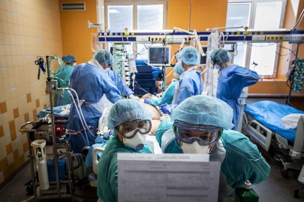 Nominace v kategorii Reportáž: Gabriel Kuchta / Deník N / JIP během pandemie koronaviru. Zdravotníci a lékaři ošetřují pacienty nakažené covidem-19 na jednotce intenzivní péče ve Všeobecné fakultní nemocnici v Praze, 29. března 2020.