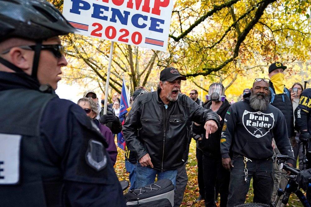 Šarvátku Trumpových příznivců v Salemu musela krotit policie.