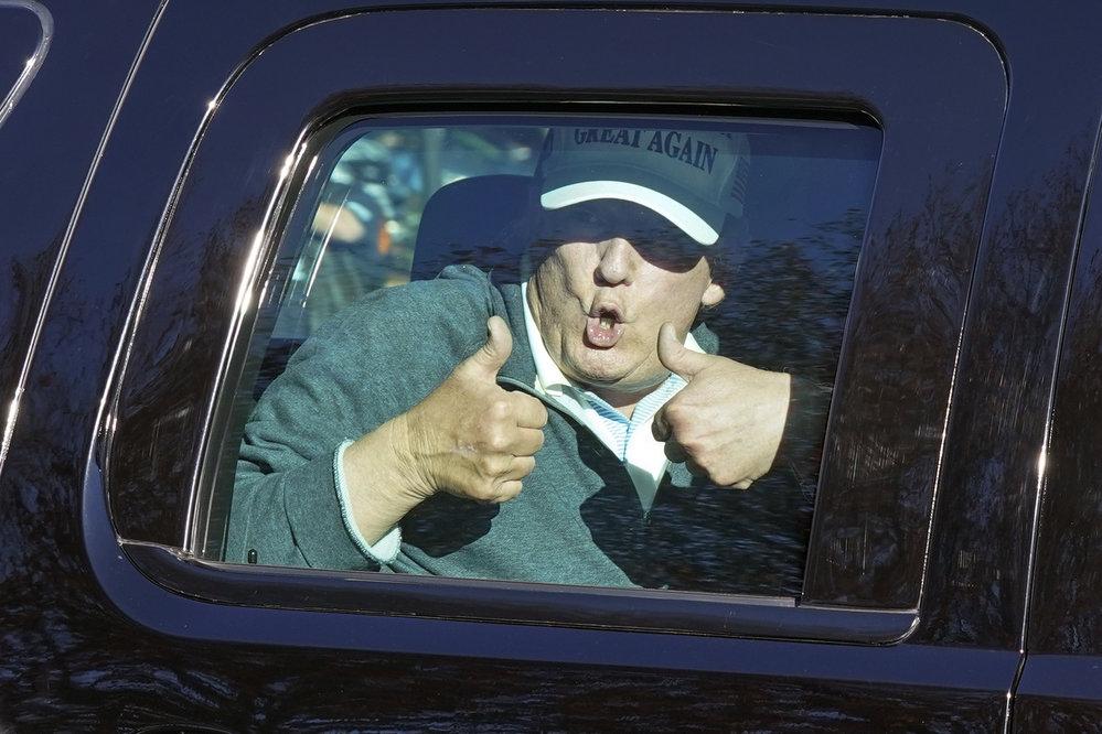 Americký prezident Donald Trump se vrátil z golfu, na který vyrazil den po vyhlášení výsledků prezidentských voleb. Zamával svým podporovatelům (8.11.2020)
