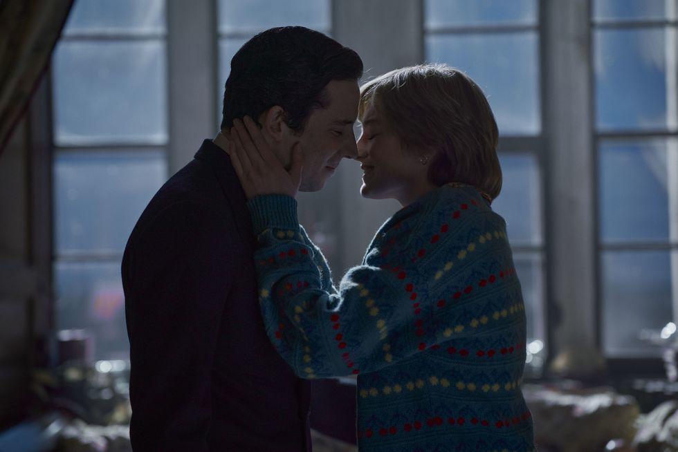 Emma Corrin a Josh O'Connor v seriálu Koruna