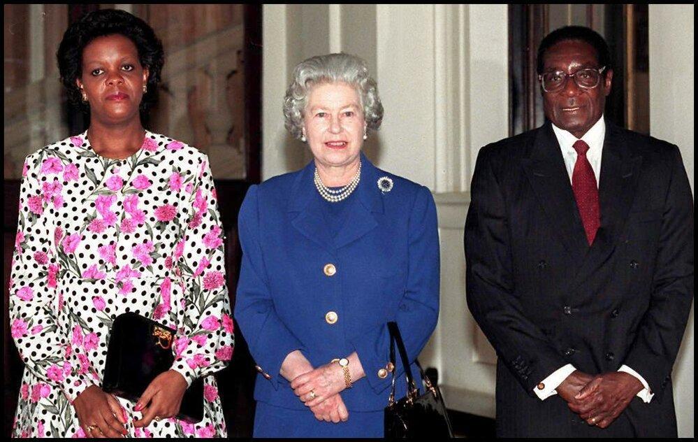 Manželé Mugabe s královnou Alžbětou II.