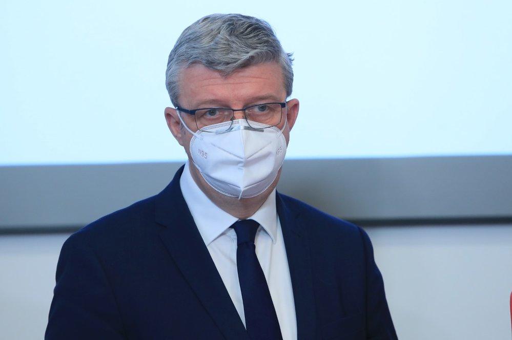 Vicepremiér Karel Havlíček (za ANO) na tiskové konferenci ke startu projektu elektronických dálničních známek (1. 12. 2020)