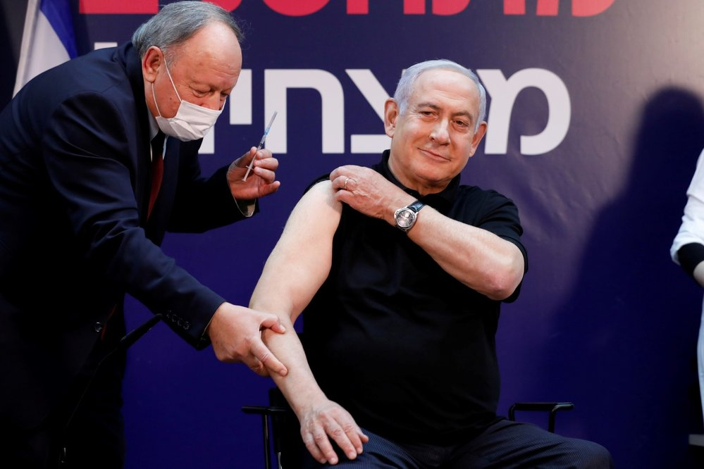 Izraelský premiér Benjamin Netanjahu se nechal očkovat.