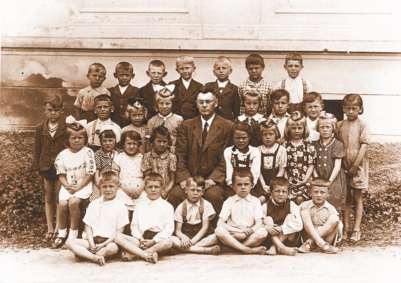 Fotografie žáků první třídy lidické školy, pořízená pouhý týden před tragédií. Z dětí na snímku válku přežily pouze tři.