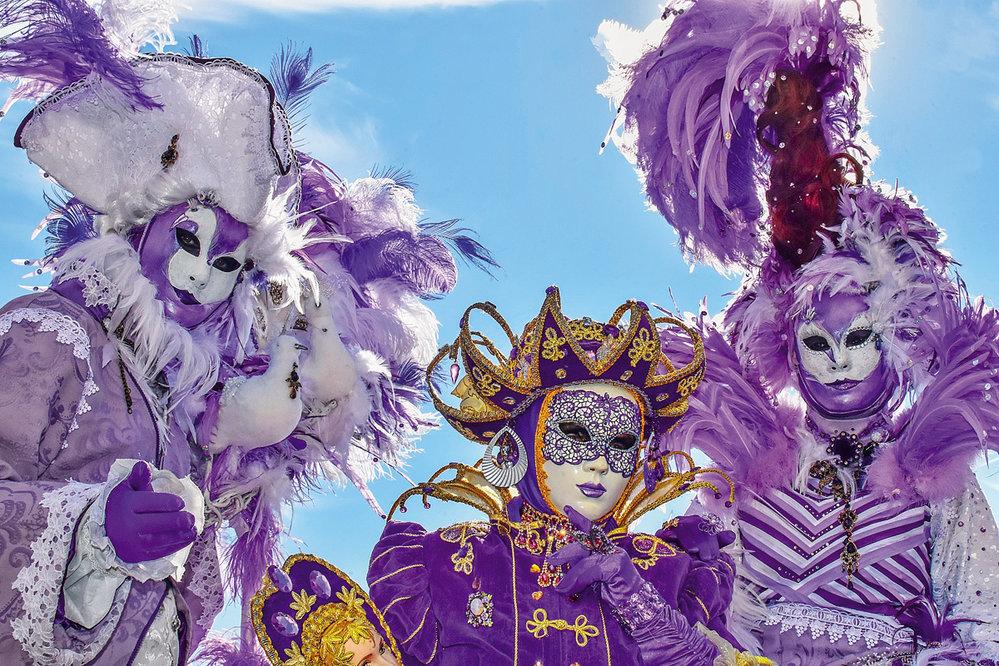 Některé skupiny či rodiny ladí své karnevalové masky do stejného stylu