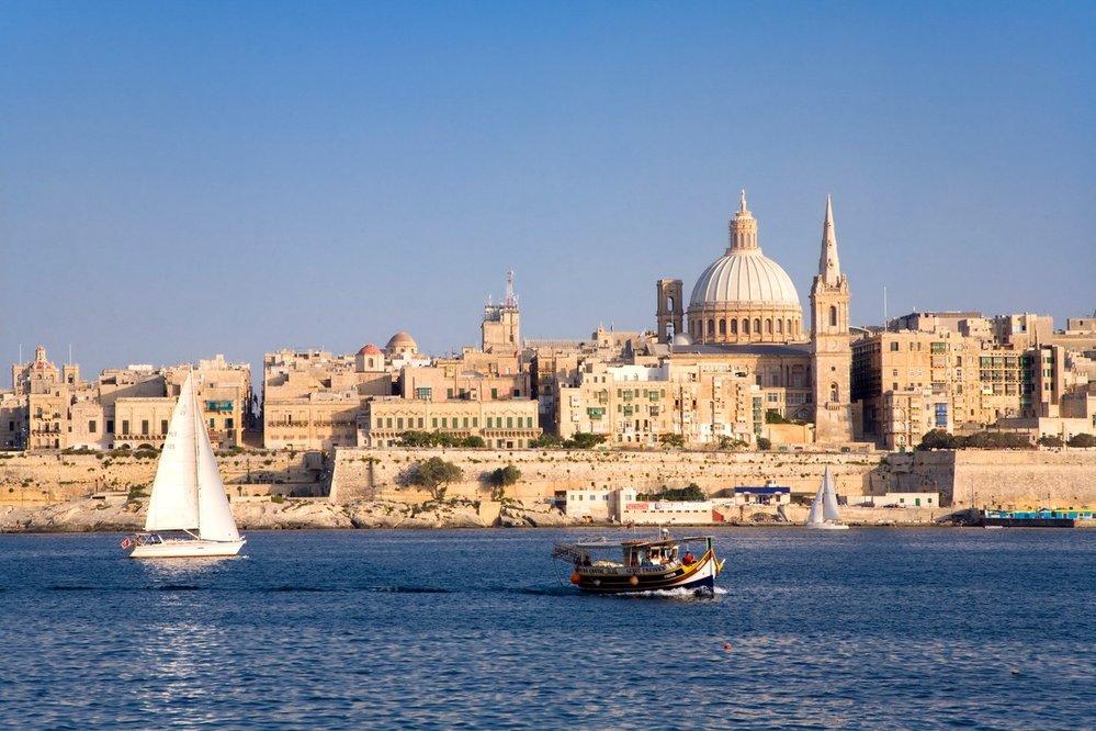 Valletta. Elegantní hlavní město země bylo pro množství památek zapsáno na seznam UNESCO. Při procházce malebnými uličkami uvidíte řadu výstavních paláců, kostelů, fontán a uměleckých děl. Minout byste neměli katedrálu svatého Jana, baziliku Panny Marie Karmelské, Velmistrovský palác, pevnost St. Elmo nebo zahrady Argoti.