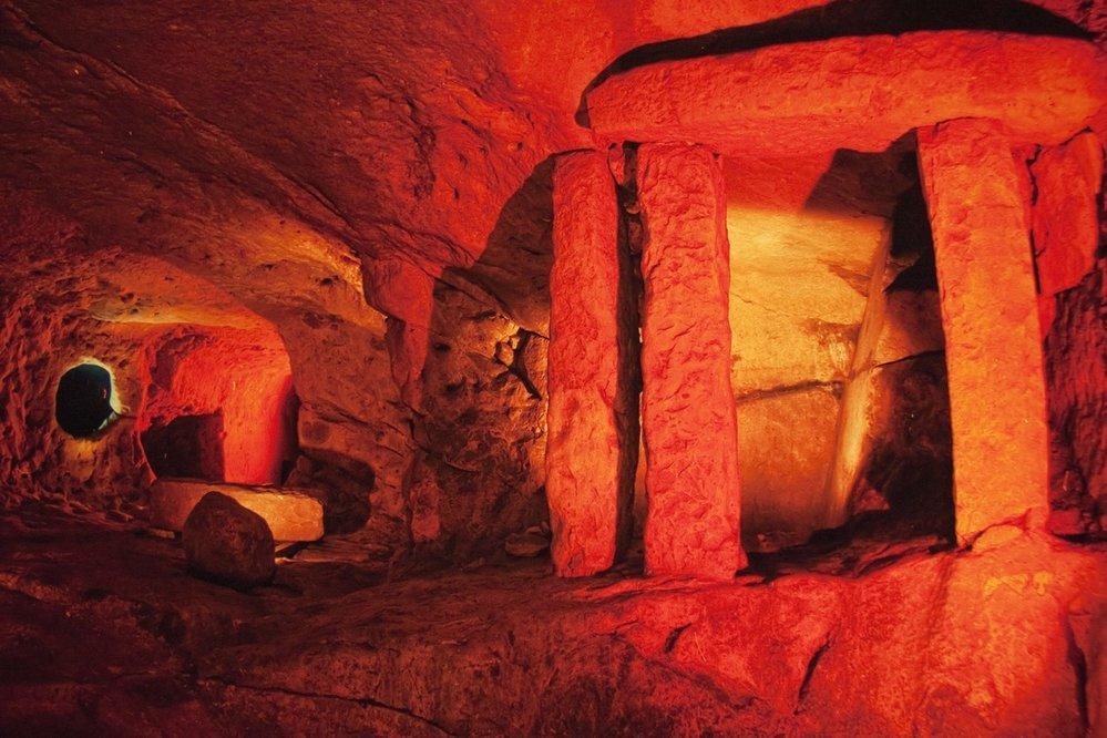 Hypogeum Ħal Saflieni. Při návštěvě Malty byste měli určitě navštívit alespoň jeden nebo dva ze zdejších pravěkých chrámů. Podzemní posvátný komplex v Ħal Saflieni je jednou z nejvýznamnějších maltských megalitických památek zapsaných na Seznam UNESCO. Pochází z doby asi 3800 až 2500 př. n. l.