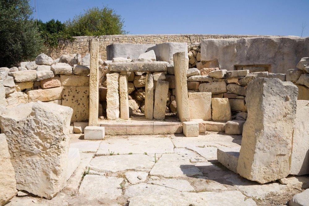 Tarxien. V docházkové vzdálenosti od Ħal Saflieni najdete další pravěký unikát – komplex čtyř neolitických chrámů Tarxien. Jedná se o nejrozsáhlejší a nejlépe dochovanou pravěkou památku na ostrově. Na kamenných pozůstatcích dobře uvidíte různé dochované ornamenty a reliéfy. Alternativou k Tarxienu je dále třeba chrám Hagar Qimnebo Mnajdra.