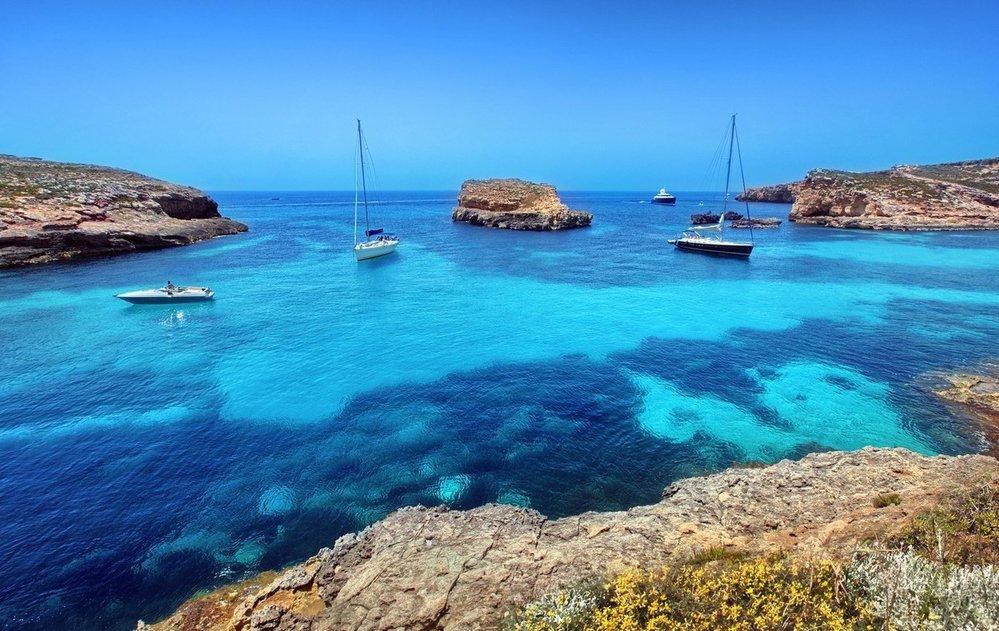 Modrá laguna. Na malém ostrůvku Comino naleznete jedno z nejhezčích míst ke koupání na celé Maltě. Modrá laguna ležící mezi Cominem a maličkými ostrůvky Cominotto vás uchvátí svou tyrkysově modrou barvou a nádhernou písčitou pláží.