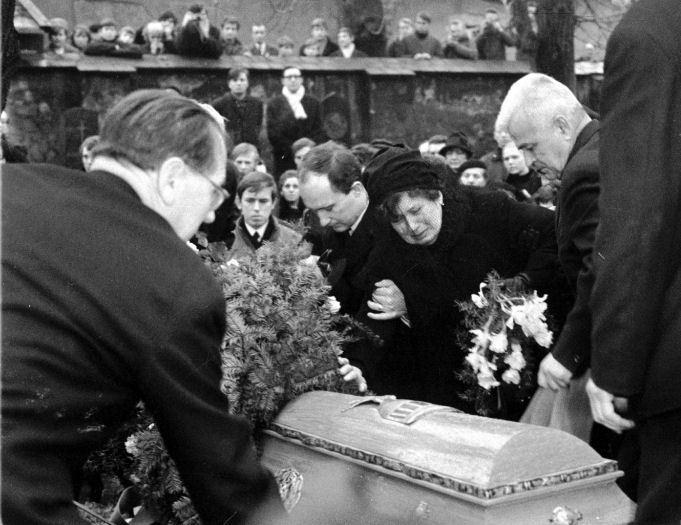 Pohřeb Jana Palacha. Na snímku je i jeho matka.