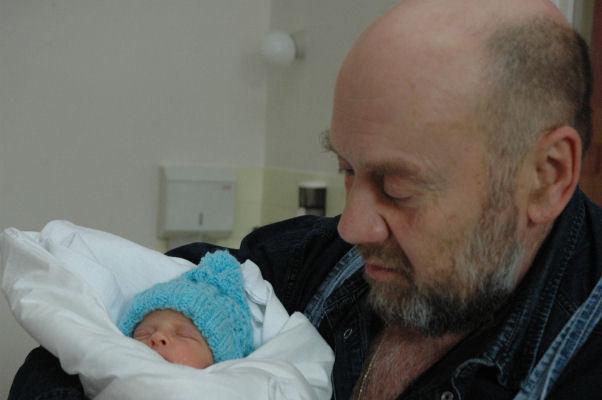 Ludvík Hess s prvním miminkem, které babybox v Česku zachránil.
